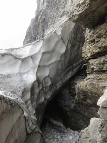 5m hohes Restschneefeld zwischen selbigem und Fels begangen
