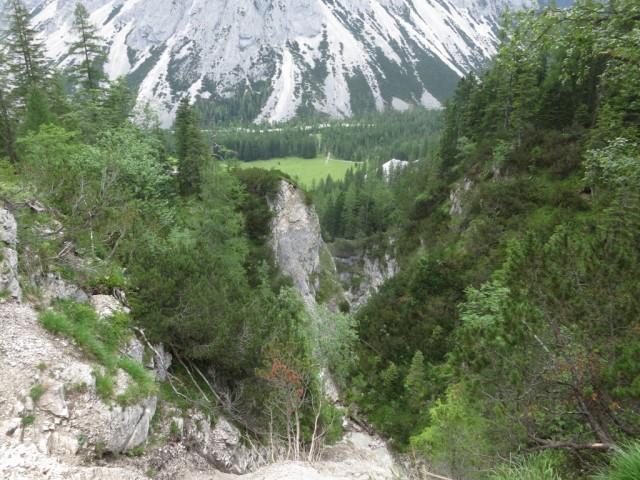 die tiefe Schlucht des Lafatscherbaches vor der Kastenalm