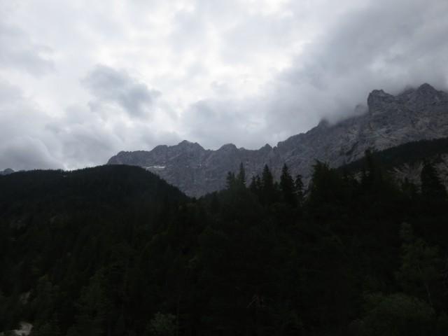 links Jägerkarspitze, mittig die Rigelkarspitzen, rechts der Wasserkarlspitz als Ableger des Hohen Gleirsch