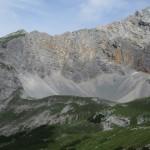 der Südgrat auf die Westliche Praxmarerkarspitze im Detail; der begrünte Hang führt auf den Rücken