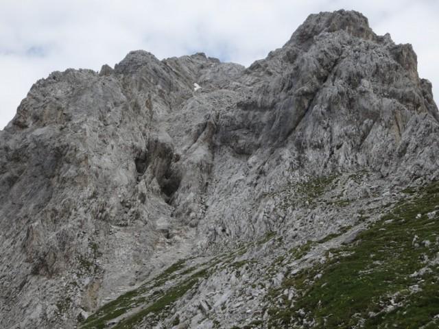 hier hat es mich vom Grat in die westlich gelegene kleine Schlucht abgedrängt, 10min zur Durchquerung