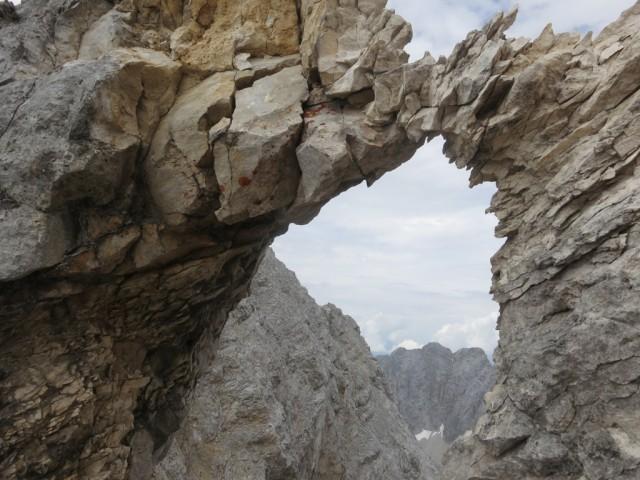 das schön geformte Felsenfenster mit den Jägrkarspitzen im Hintgrund