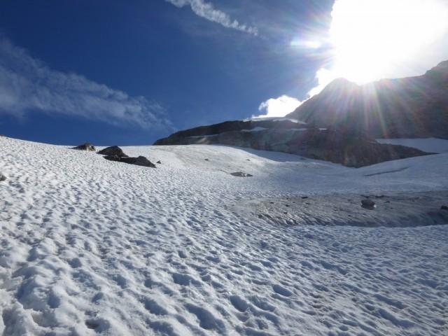 an der Linkskurve im Aufstieg, die beiden Felsen läßt man weit rechts liegen, die Route führt links außerhalb des Fotos weiter