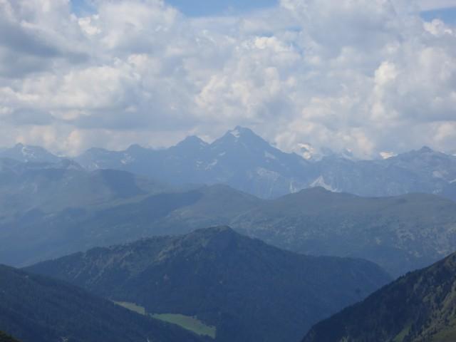 Habicht im Stubai 26km entfernt, exakt westlich, vorgelagert auf einer Linie Padauner Kogel und Egger Joch