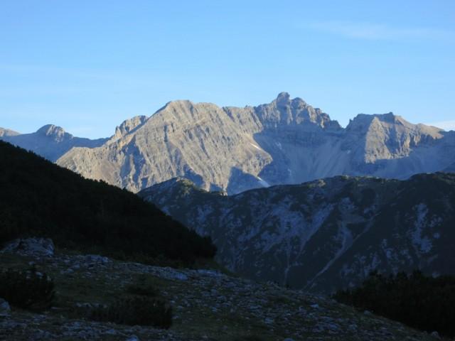 Kaltwasserkarspitze mit Südgrat; ganz unten (knapp über dem Repskamm) der kleine Heissenkopf, großer Heissenkopf und Sägezähne vor der Kaltwasserkarspitze