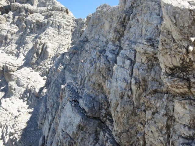letzter Gratverlauf zur Kaltwasserkarspitze unterhalb auf schmalem Band mit mäßiger Schwierigkeit