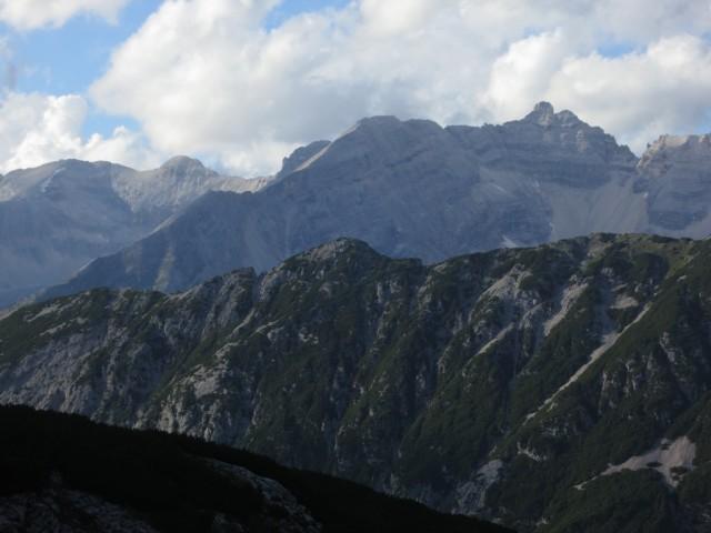 das Ziel, die Kaltwasserkarspitze in der Abendsonne; am Südgrat ganz links (knapp oberhalb dem Repskamm) der Kleine Heissenkopf, Großer Heissenkopf mittig und Sägezähnegrat oberhalb zur Kaltwasserkarspitze; eine gewaltige Tour