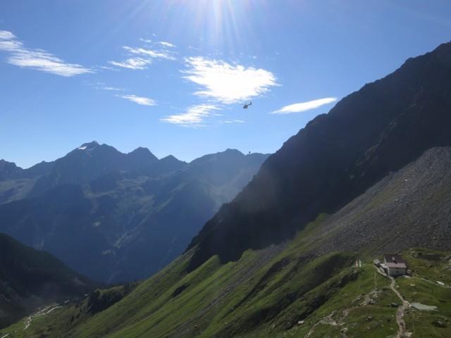 Neue Regensburgerhütte, 2.286m, dahinter der mächtige Habicht
