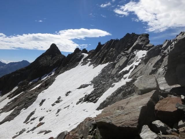 am Grat bei Pkt. 2.915m angekommen, dahinter die Vordere Plattenspitze; kann man noch mitnehmen in der Runde über die Knotenspitzen