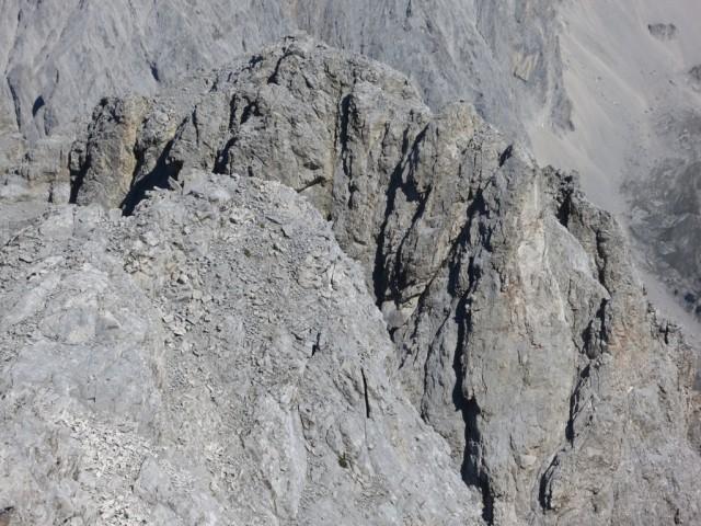 der Walderkampturm vor uns, rechts in der Verschneidung geht es hinauf und dann oben links wendend