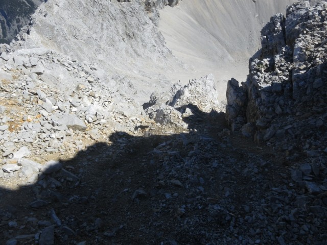 Schutttrichter von oben gesehen; links unten befindet sich der senkrechte Aufstieg