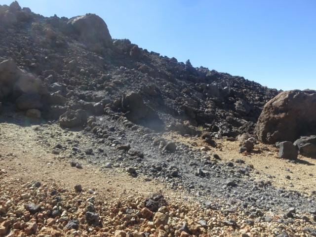 der Weg taucht ein in den zuletzt entstandenen Lavastrom