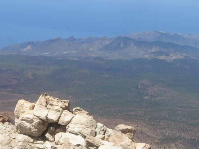 Blick auf die Felsen Los Gigantes; in etwa in Bildmitte der zuletzt 1909 tätige Vulkan Pico Chinyero (1.500m)