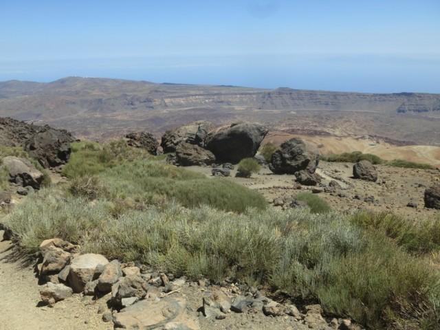 kleine Geländeabflachung mit den typischen Lavakugeln