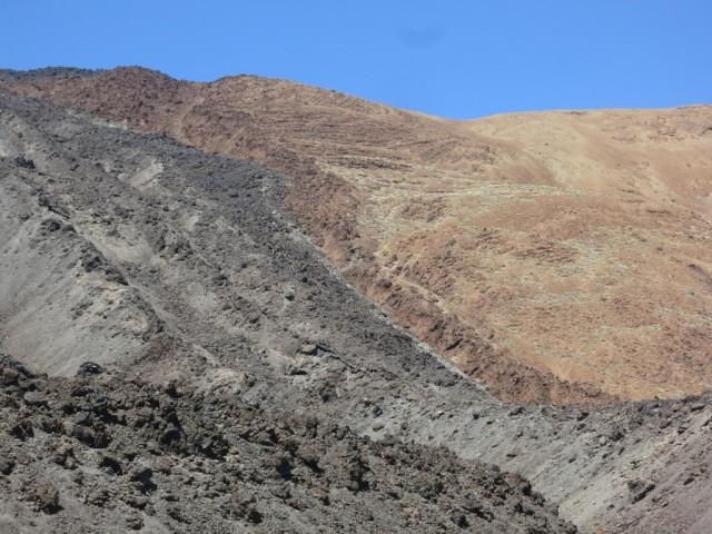 knapp rechts neben dem dunkelbraunen Lavastrom führt der Sendero El Ilegal herab