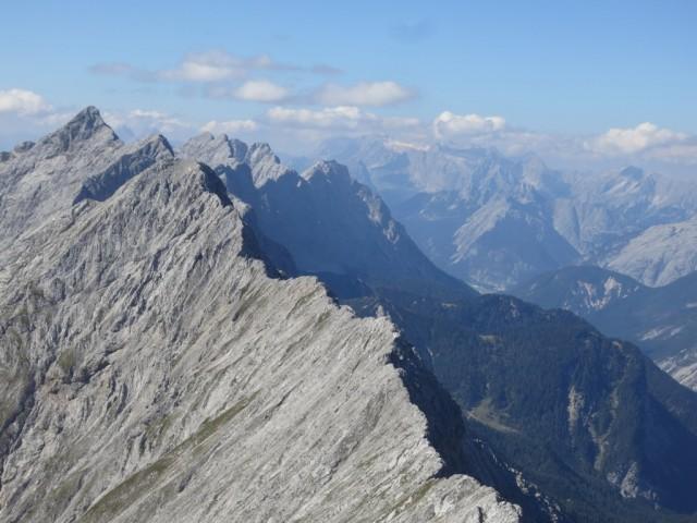 von links oben nach rechts unten im Vordergrund Großer u. Kleiner Lafatscher, im Hintergrund Kaskar- u. Sonntagskarspitze und die beiden Praxmarerkarspitzen, rechts das Zugspitzmassiv
