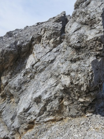 Rückblich auf den westlichen Teil der Doppelscharte; deutlich ist das nordseitige Podest zu sehen das für den Abstieg verwendet wird