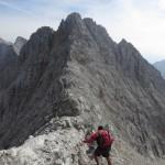 Abstieg vom letzten Gratkopf zum Gipfelaufbau der Kaskarspitze