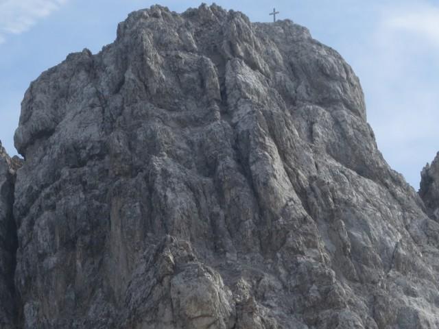 Gipfelaufbau der Kaskarspitze am Übergang von der Praxmarerkarspitze; deutlich sieht man die beiden Rinnen und im unteren Teil links noch eine dritte, die oben mit der mittleren verschmilzt