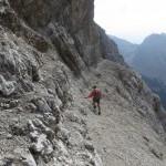 abschüssiges Band mit Steigspuren in die Südwestflanke der Kaskarspitze