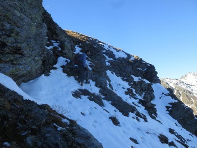 Querung eines Steilabsatzes ca. 150m unterhalb der Naviser Sonnenspitze