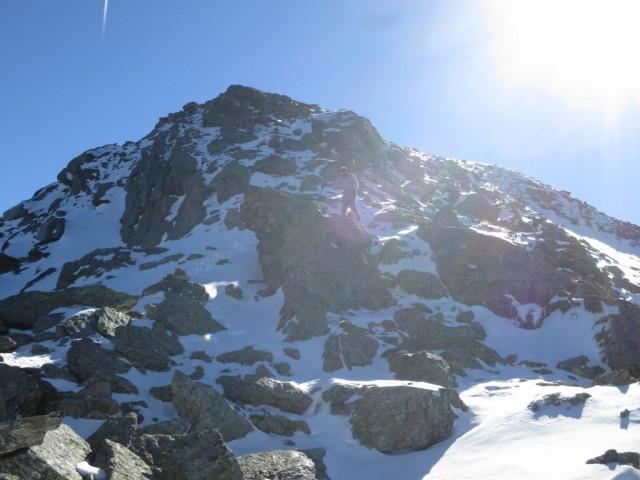 Abstieg von der Kreuzspitze in nordseitigen Schneepartien