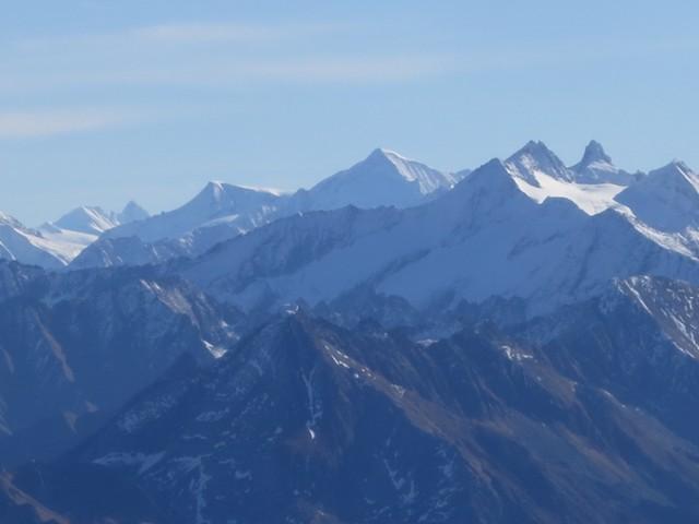 ganz links hinten der dunkle Spitz ist der Großglockner bis hin zur Reichenspitze rechts die markante Felspyramide