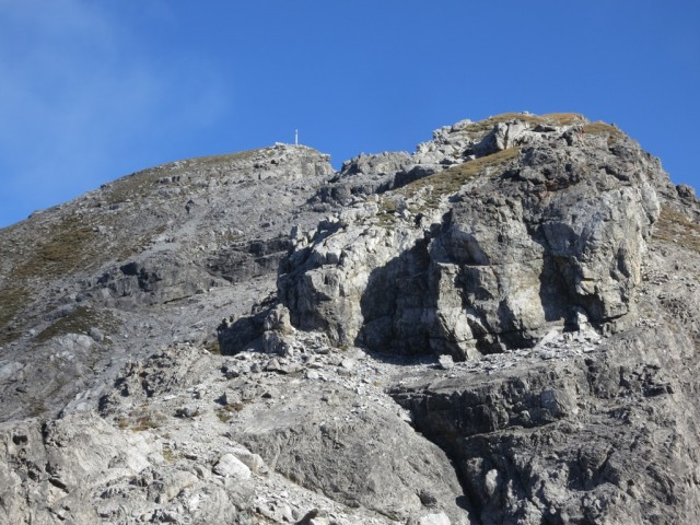 Felsköpfe, die eher links, westlich begangen werden; alte Steigsicherungen weisen die Route