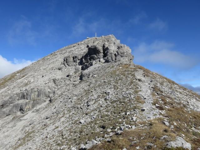 letzter Felskopf vor dem Gipfel links (östlich) über Plattenstufen leicht zu ersteigen