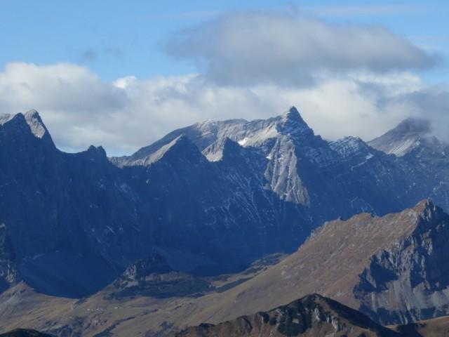 rechts Kaltwasserkarspitze und im Nebel die Birkkarspitze