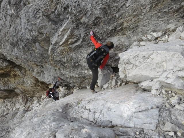 Julian beim Überklettern des größten Brockens im rechten Teil der unteren Rinne