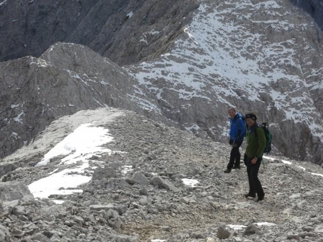 Roman und Jürgen steigen vor uns vom Gipfel ab